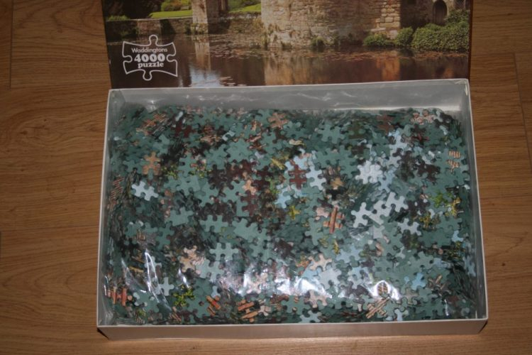 Image of the puzzle 4000, Waddingtons, Scotney Castle, England, Sealed Bag, Picture of the bag