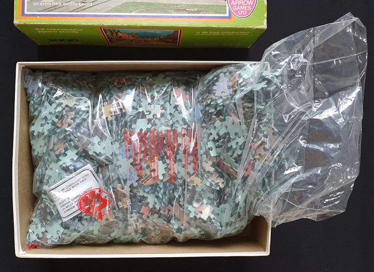 Image of the puzzle 3000, Arrow, The Connoisseur Jigsaw Puzzle 5461. Picture of the bag with pieces puzzle.